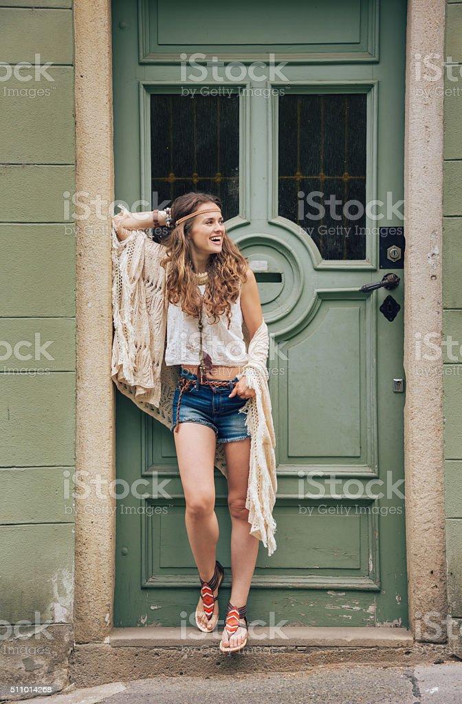 hippy feliz mujer atractiva contra la puerta de madera al aire libre - foto de stock