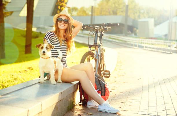 Fröhliches Hipster Mädchen mit ihrem Haustier im Sommerpark – Foto