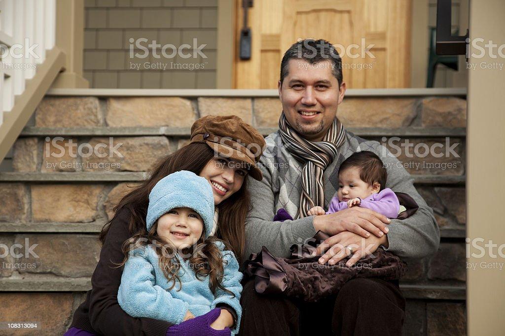 Heureux hispanique famille emménager dans leur nouvelle maison - Photo