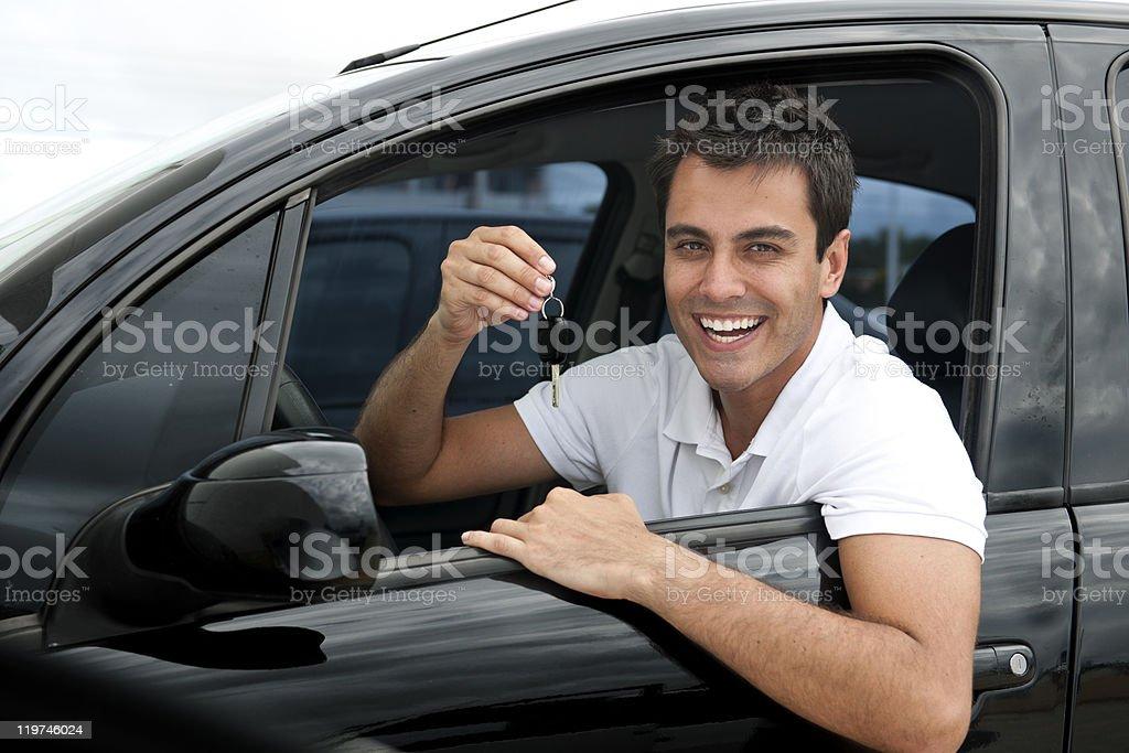 Hombre hispano feliz en su nuevo coche - foto de stock