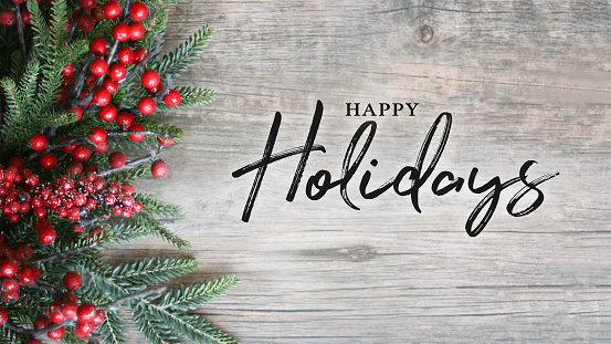 Happy Holidays Text With Holiday Evergreen Branches And Berries Over Rustic Wooden Background - Fotografie stock e altre immagini di Agrifoglio