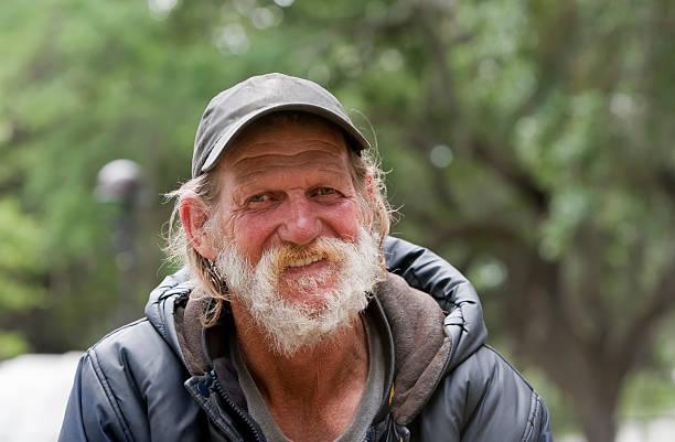 feliz hombre sin hogar - sin techo fotografías e imágenes de stock