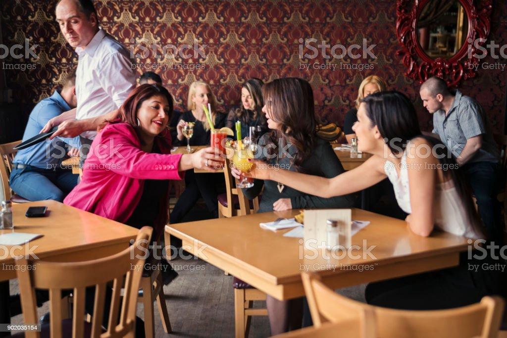 Photo de stock de happy hour pour les amis et collègues de travail
