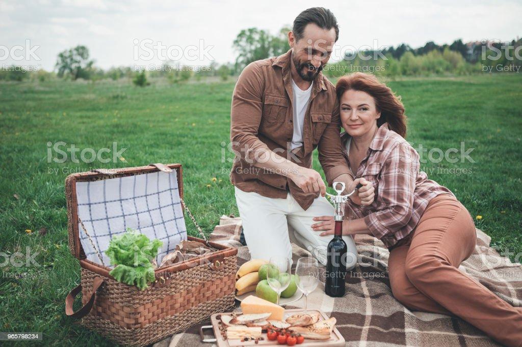 Gelukkig man en vrouw begint te vieren vakantie in de natuur - Royalty-free Alcohol Stockfoto
