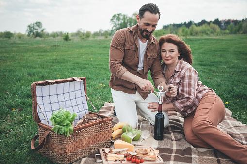 Gelukkig Man En Vrouw Begint Te Vieren Vakantie In De Natuur Stockfoto en meer beelden van Alcohol