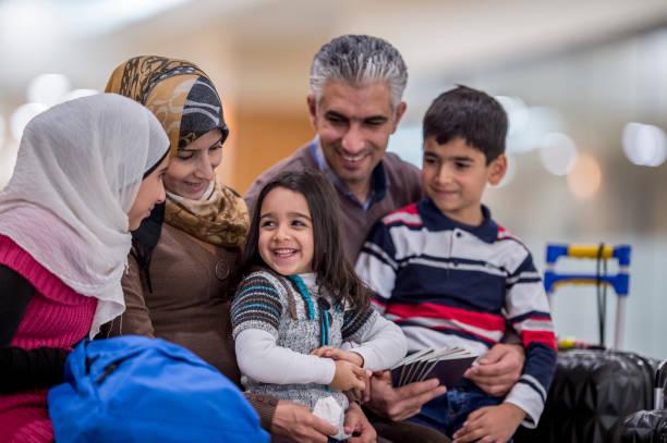 Família imigrante feliz - foto de acervo