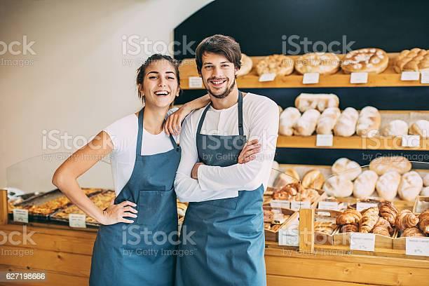 Glücklich In Der Bäckerei Stockfoto und mehr Bilder von Bäckerei