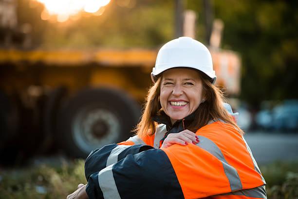 feliz en el trabajo-ingeniero senior mujer - obrero de la construcción fotografías e imágenes de stock