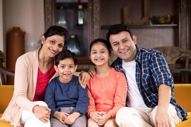 Glückliche indische Familie zu Hause – Foto
