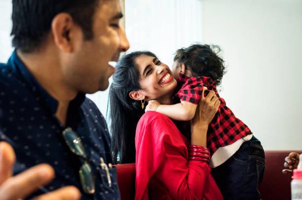 eine glückliche indische familie - indische kultur stock-fotos und bilder