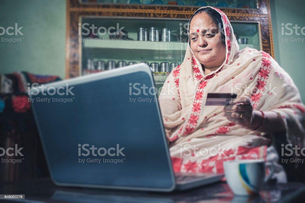 216bb437e6b54a Glücklich Indianerin Onlineshopping Zu Hause Zu Tun Stockfoto und ...