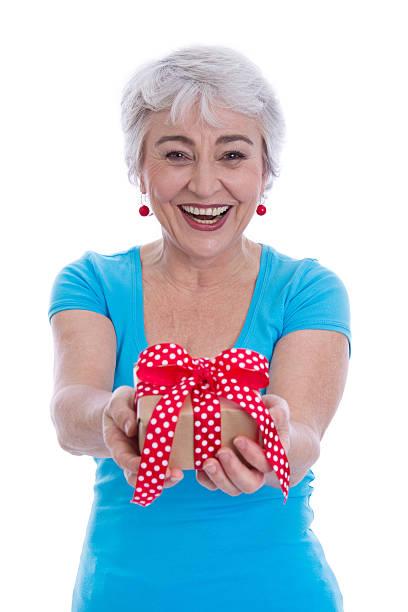 glücklich isoliert ältere frau hält ein geschenk. - rentenpunkte stock-fotos und bilder