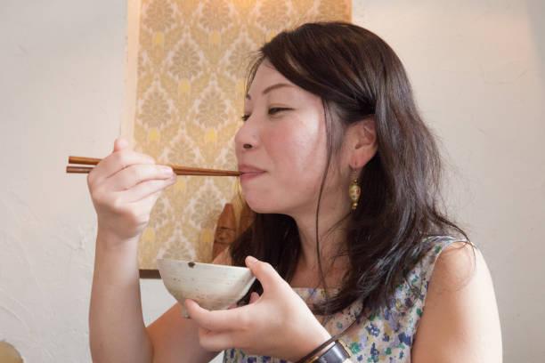 食べて幸せな日本女 - 丼物 ストックフォトと画像
