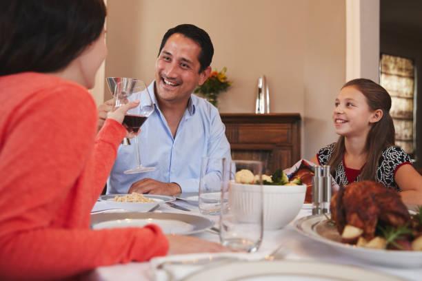 glücklich jüdischen familie, die erhöhung der gläser vor shabbat mahlzeit - freitag der 13 stock-fotos und bilder