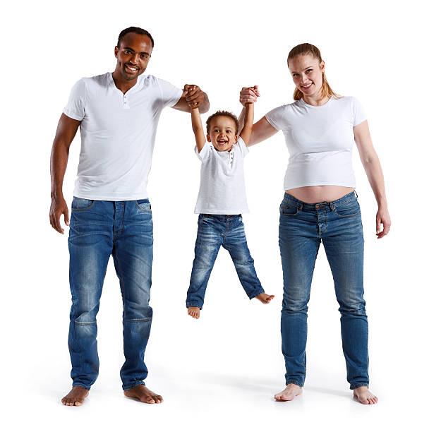 glückliche fröhlich eltern spaß haben mit seinem sohn familie, beziehung. - lustige babybilder stock-fotos und bilder