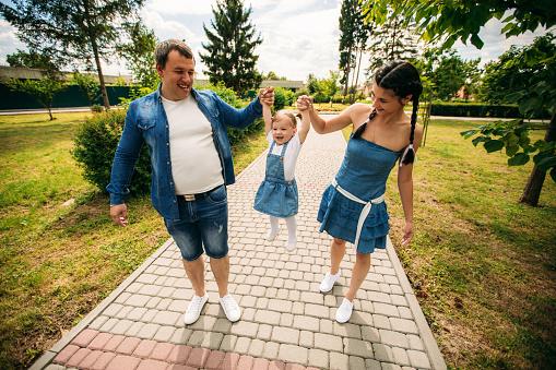 행복 한 즐거운 젊은 가족 아버지 어머니와 딸 야외 재미 여름 공원 시골에서에서 함께 연주 엄마 아빠와 아이가 웃 고과 포옹 밖에 서 자연을 즐기고 가족에 대한 스톡 사진 및 기타 이미지