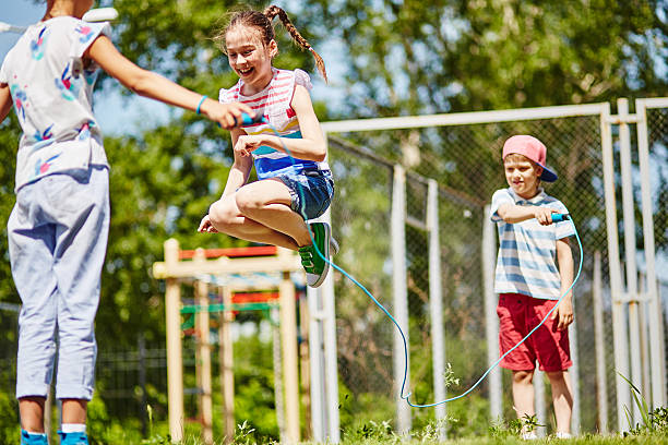 glückliche jumping - springseil stock-fotos und bilder