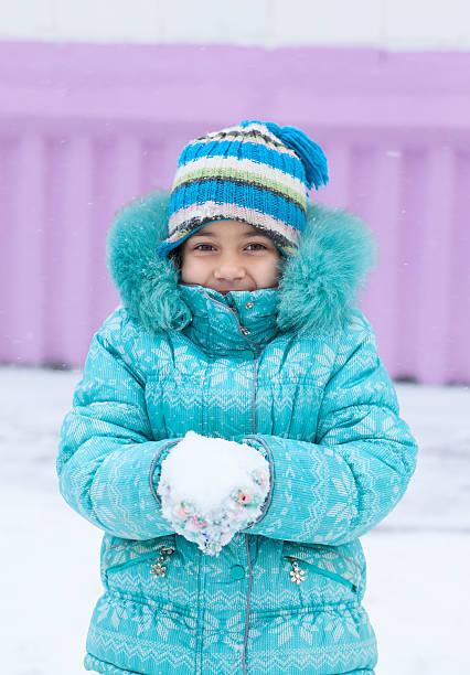 幸せな子供の女性屋外で遊ぶ子供の雪の冬を - ダウンジャケット ストックフォトと画像