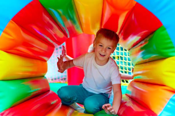 glückliches kind mit spaß auf spielplatz im kindergarten - schulkind nur jungen stock-fotos und bilder