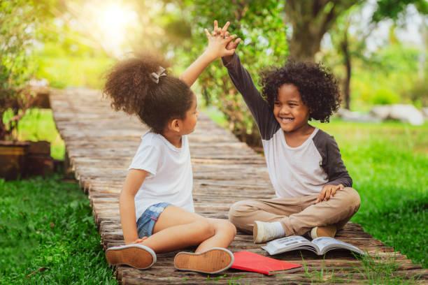 glückliches kind spielen im park. - sommerfest kindergarten stock-fotos und bilder