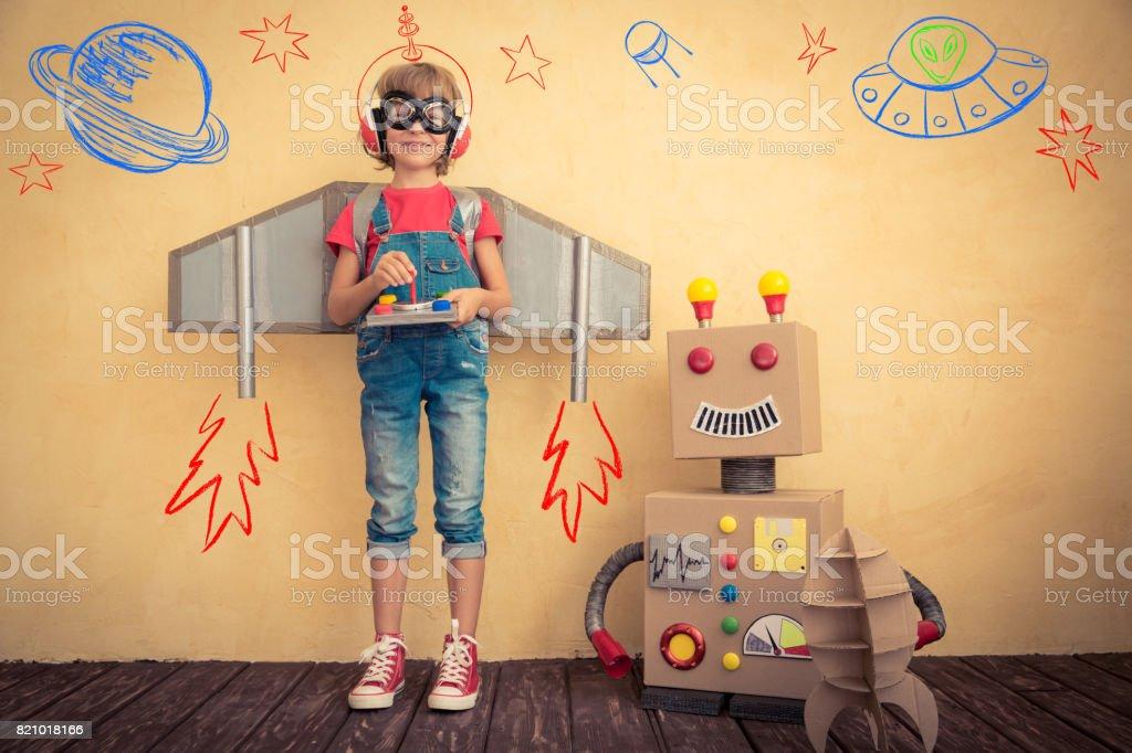 Glückliches Kind spielen mit Spielzeugroboter – Foto