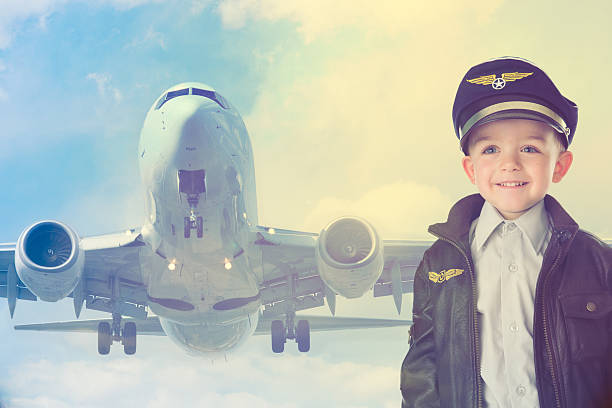 happy kid avec avion - enfant aviateur photos et images de collection