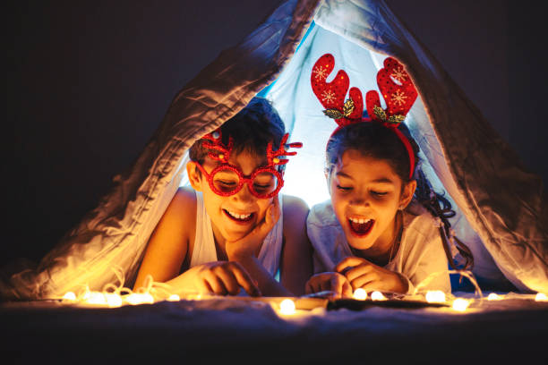 happy kids are waiting for a new year at home. - christmas movie foto e immagini stock