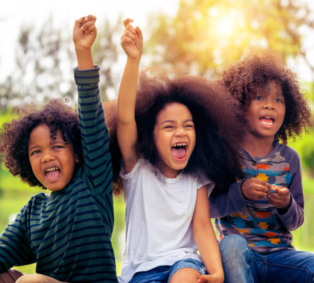 happy kids-gruppe spielen im park in der schule. - sommerfest kindergarten stock-fotos und bilder