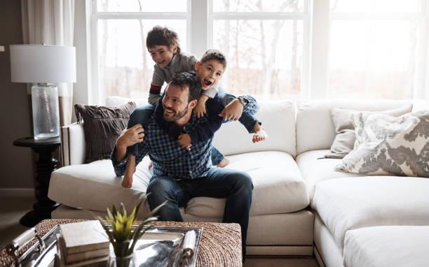 快樂的孩子 = 快樂的家庭 - 幸福 個照片及圖片檔