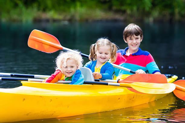 happy kids kayaking on a river - com os pés na água - fotografias e filmes do acervo