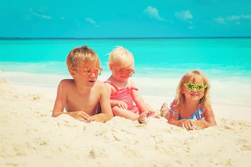 행복 한 아이작은 소년과 소녀 해변에서 모래 놀이 가족에 대한 스톡 사진 및 기타 이미지