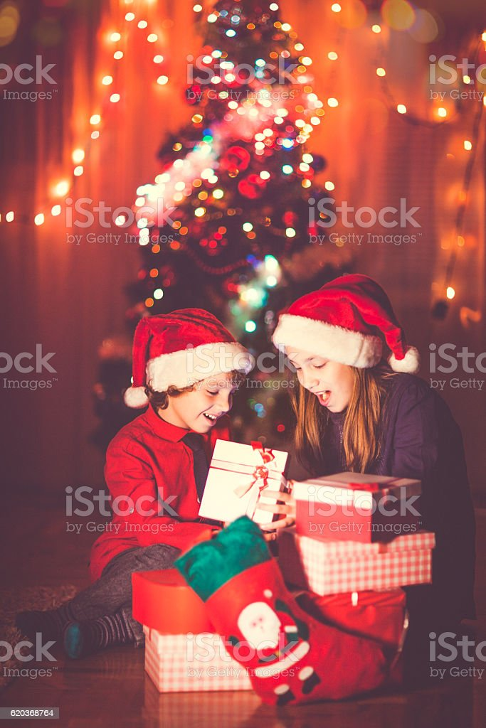 Happy kids opening their Christmas presents foto de stock royalty-free