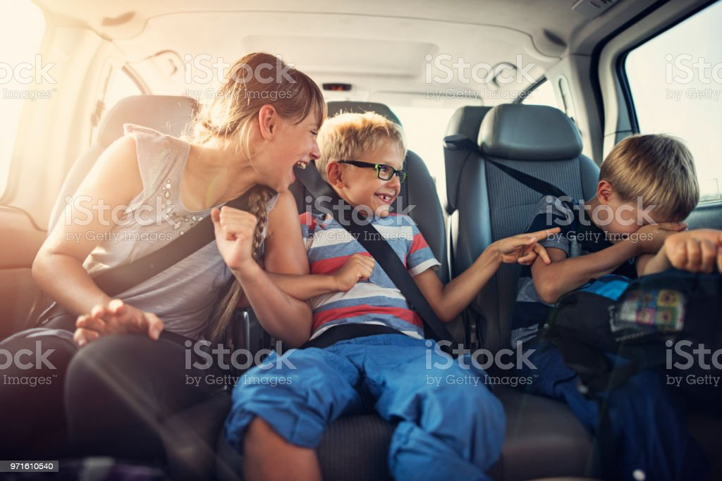 Glückliche Kinder, die mit dem Auto anreisen – Foto