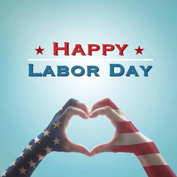 快樂勞動節短信與美國國旗圖案在人們手中塑造在復古的藍天背景:美國-美國勞動節,憲法,公民概念 - thank you background 個照片及圖片檔