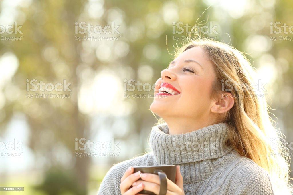 Glückliche Dame atmen frischen Luft im winter – Foto