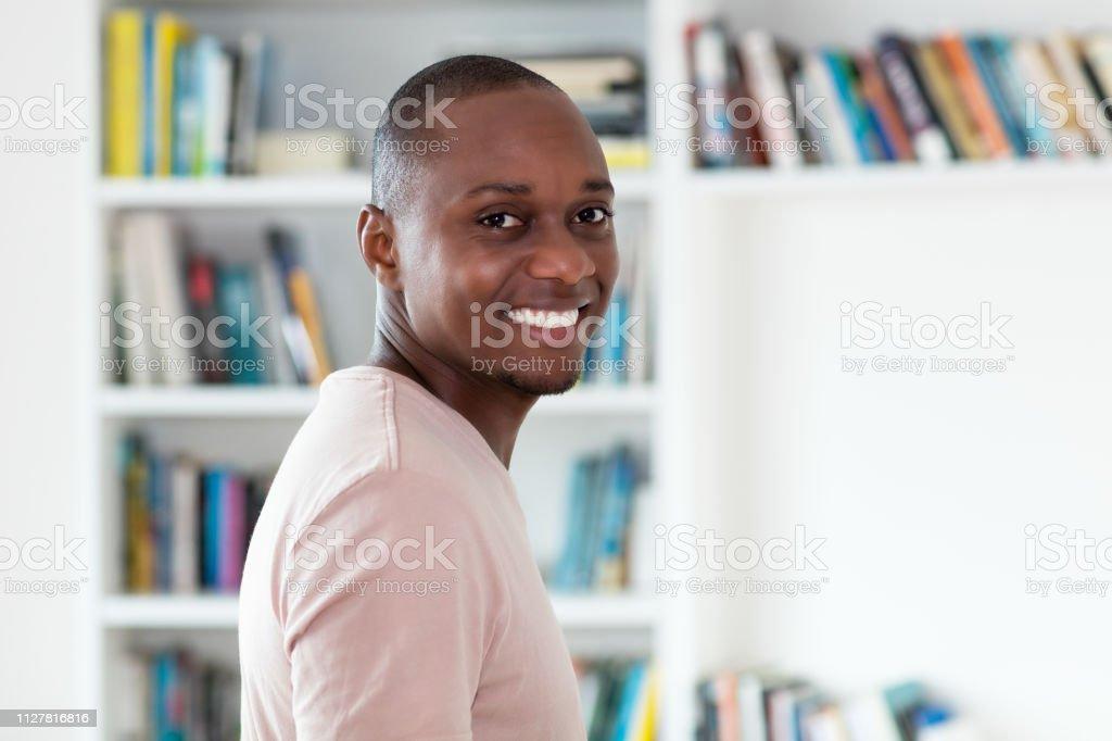 Feliz risa a hombre del afroamericano con la cabeza calva - foto de stock
