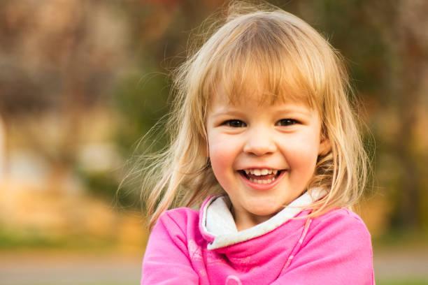 glücklich lachen niedliche kleine mädchen porträt - 2 3 jahre stock-fotos und bilder