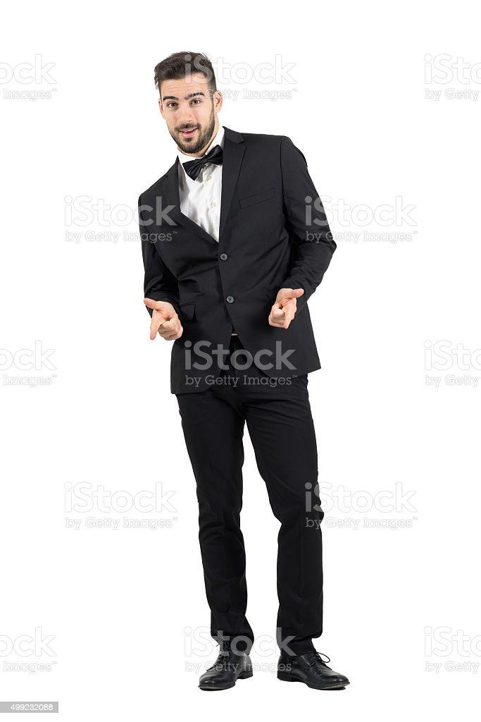 Apuntando Sonriente Vestido Con A Joven Feliz Lujo Hombre Esmóquines BWdCoexr
