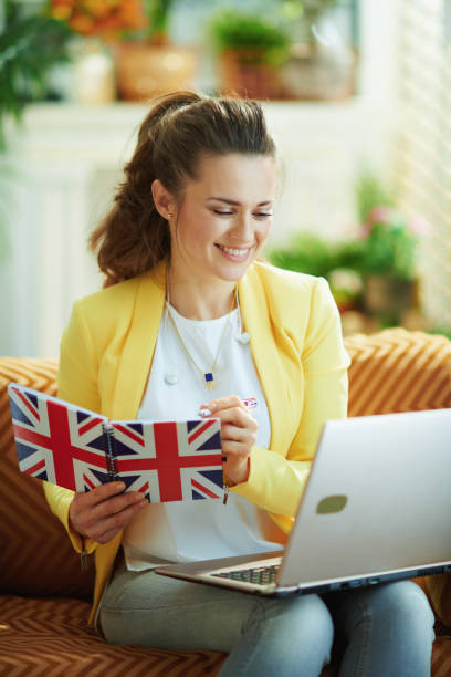 glückliche Lernende Frau mit Laptop notizen in Notebook – Foto