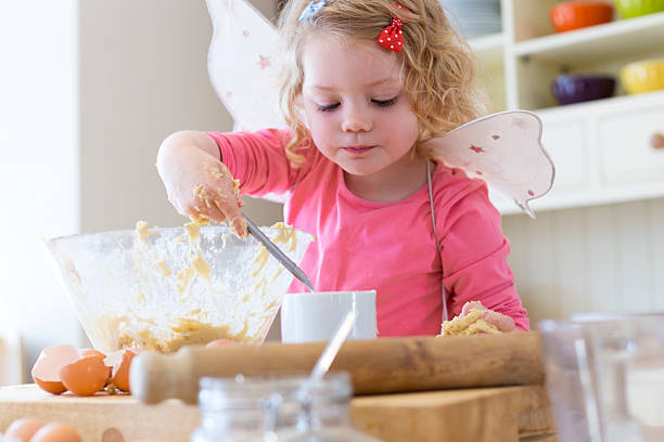 glückliche kleine baker - 3 zutaten kuchen stock-fotos und bilder