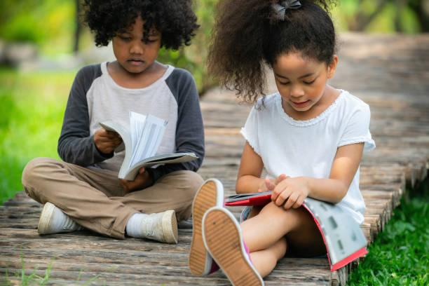Glückliche kleine Jungen und Mädchen in den Park. – Foto