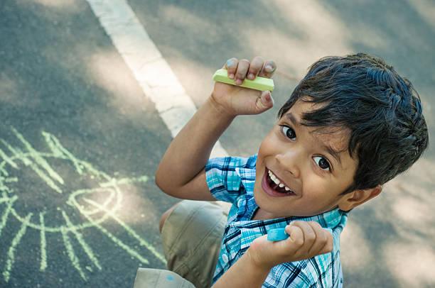 Glückliche kleine Junge Bowlingbahn – Foto