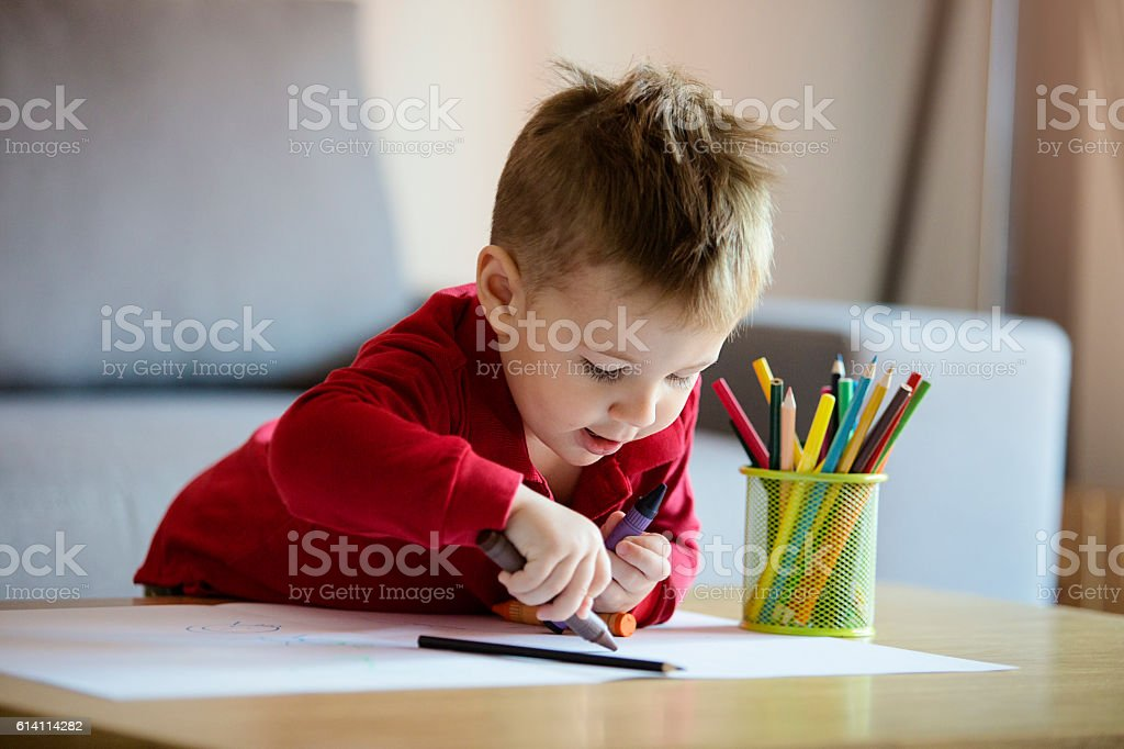 Happy little boy coloring – Foto