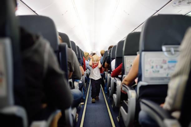 Niño feliz durante viajar en un avión - foto de stock