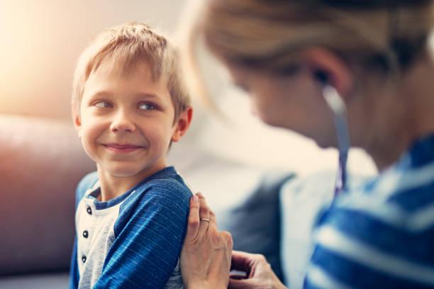glad liten pojke läkarundersökning hemma - andningssystem bildbanksfoton och bilder