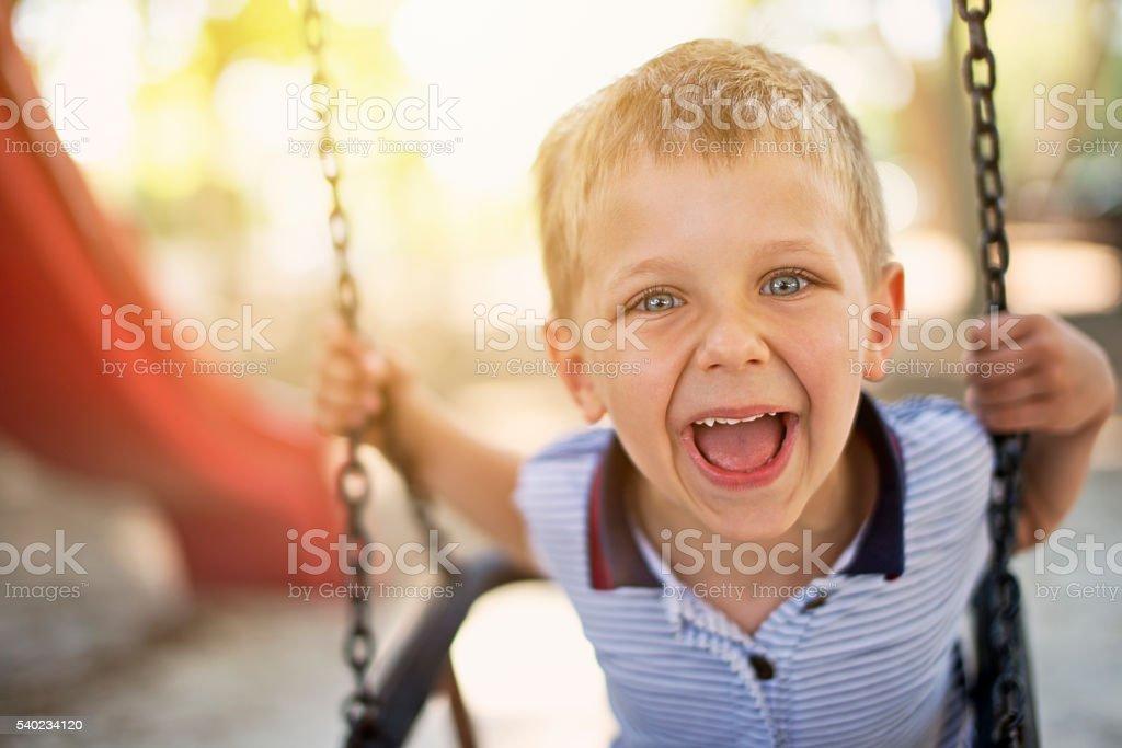 Glücklich kleiner Junge auf Schaukel – Foto