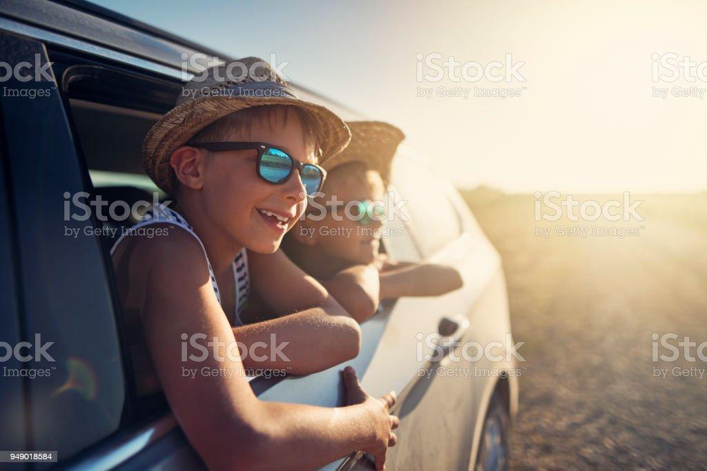 Glückliche kleine Jungs genießen Road-trip – Foto