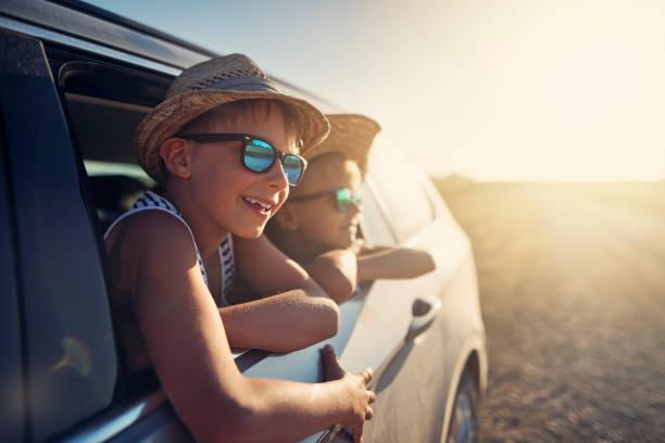 mutlu küçük çocuklar yolculuk zevk - araba yolculuğu stok fotoğraflar ve resimler