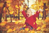幸せな小さな子供、赤ちゃんの女の子笑い、遊ぶ秋に