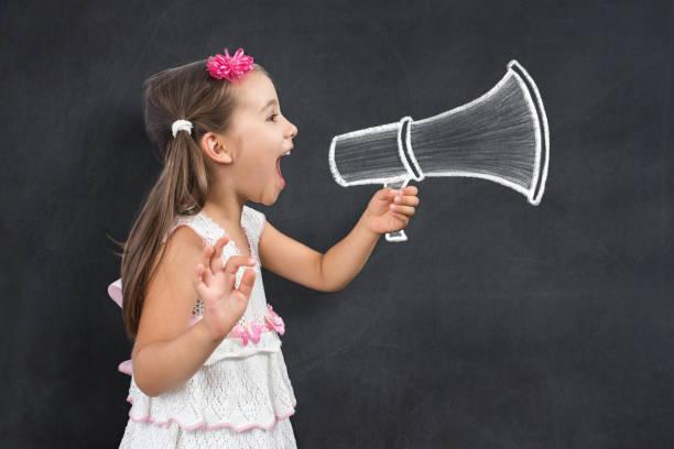 Glückliches kleines Kind Schulmädchen macht Ankündigung Aufruf für zurück zu Schule – Foto